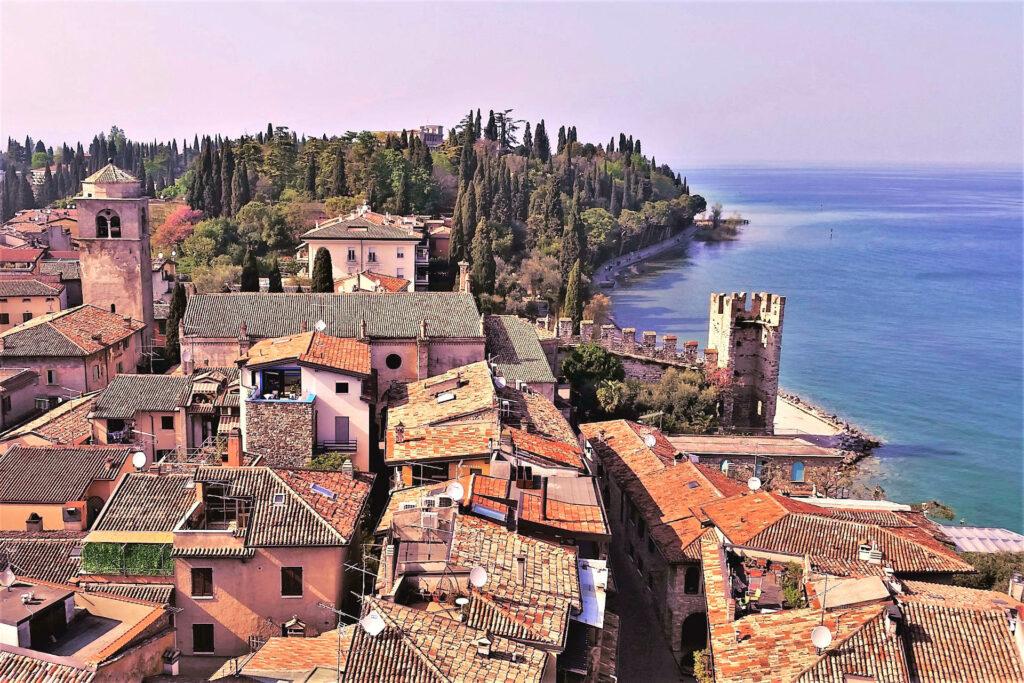 Borgo di Sirmione visto dalla torre della Rocca scaligera