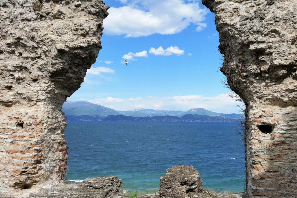 Panorama del lago di Garda da una finestra delle Grotte di Catullo