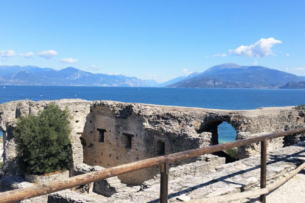 Panorama del lago di Garda dal parco archeologico di Sirmione