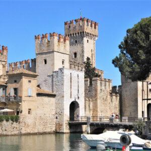 Rocca scaligera di Sirmione sospesa sull'acqua del lago di Garda