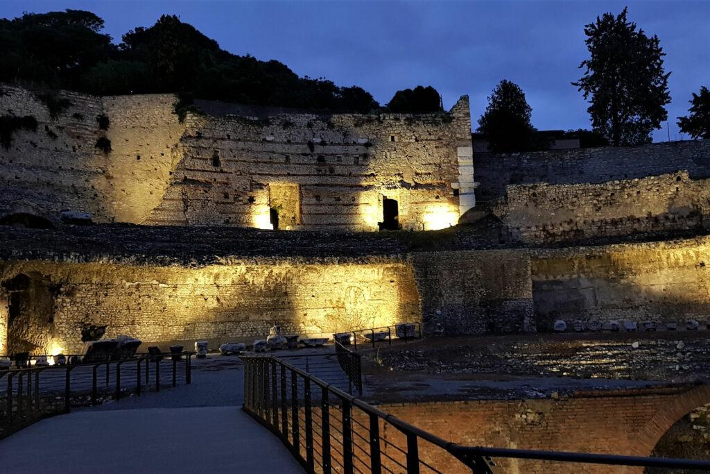Illuminazione serale nel teatro romano di Brescia