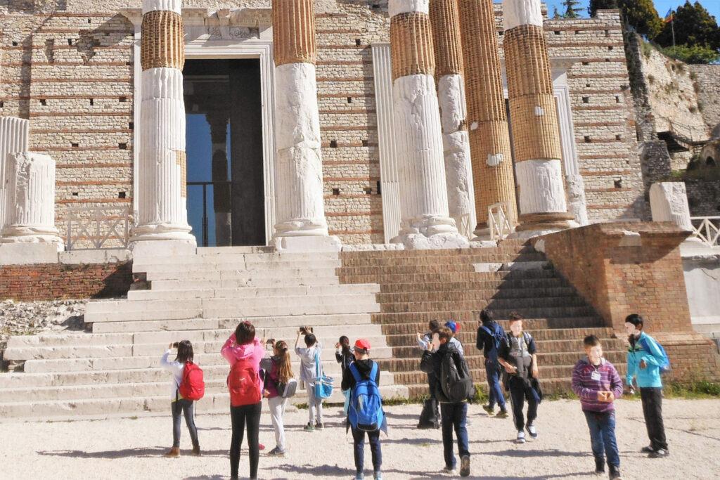 Fotografia di un gruppo di bambini al tempio Capitolino