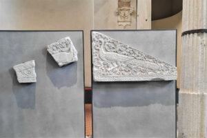 Lastra longobarda con pavone scolpito a rilievo