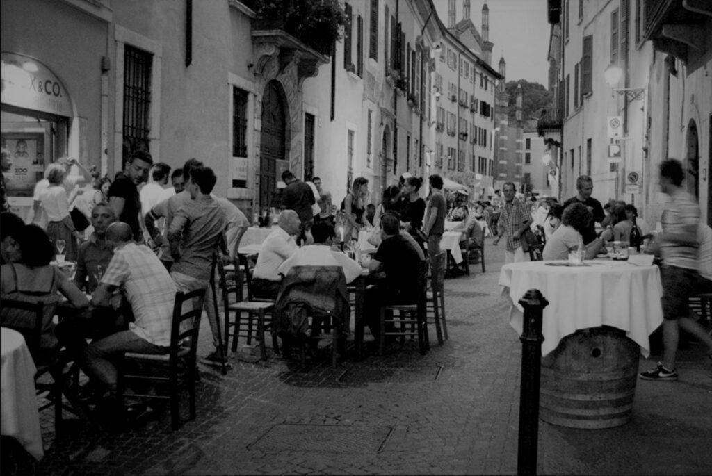 Fotografia di una serata all'ora dell'aperitivo in contrada del Carmine