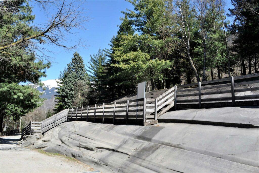Roccia uno con passerella nel Parco Nazionale delle incisioni rupestri di Naquane