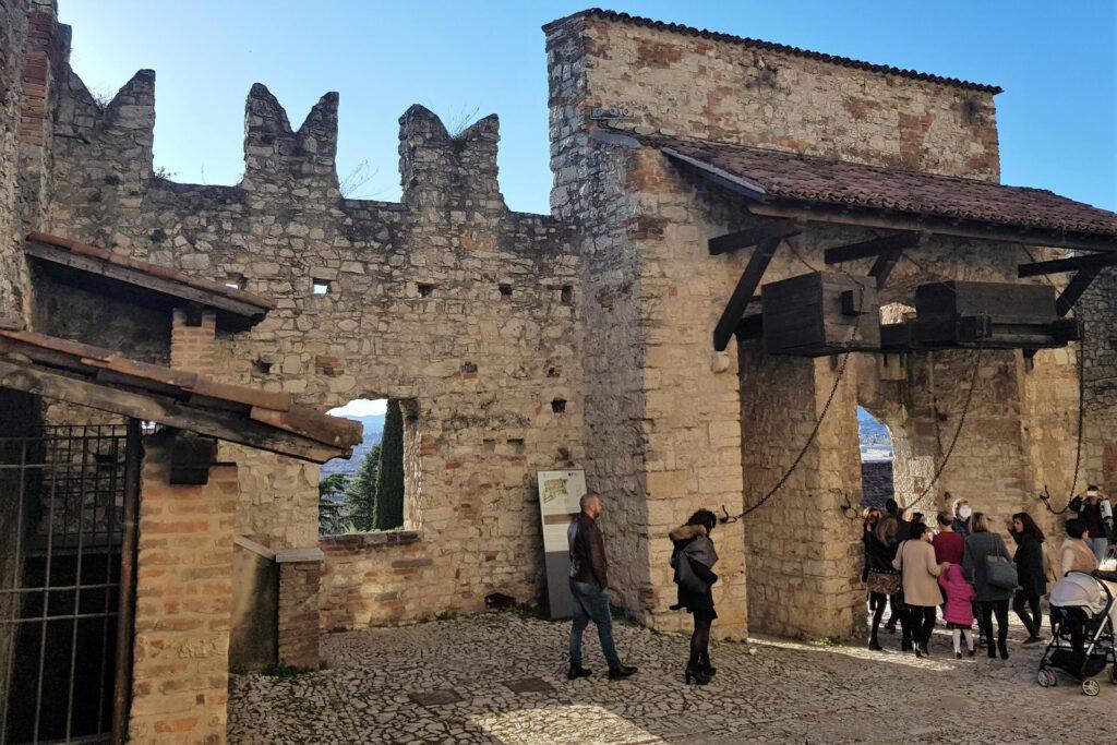 Fotografia del gruppo che esce dal ponte levatoio del castello