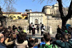 Fotografia del gruppo con le maschere Pantalone e Canappio all'ingresso del Castello