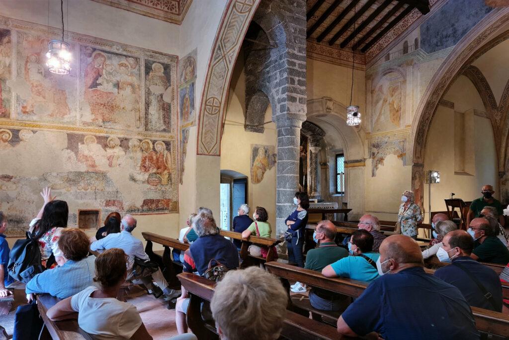 Fotografia del gruppo all'interno della chiesa di San Filastrio a Tavernole