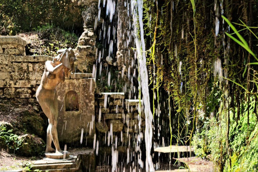 La ragazza che si asciuga i capelli, statua di Venanzo Crocetti nel Parco del Vittoriale