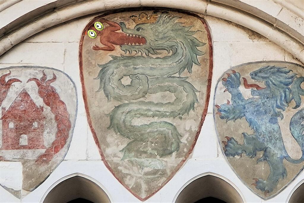 Biscione dello stemma dei Visconti dipinto sulla quadrifora del palazzo del Broletto di Brescia