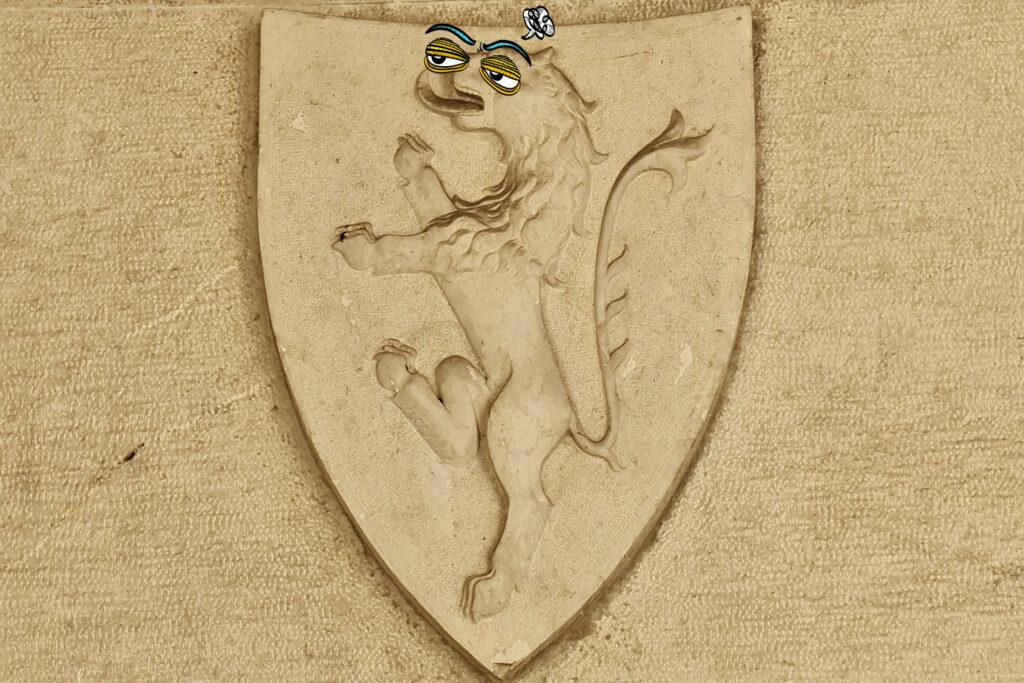 Leone rampante in pietra dello stemma di Brescia nel cortile del Broletto