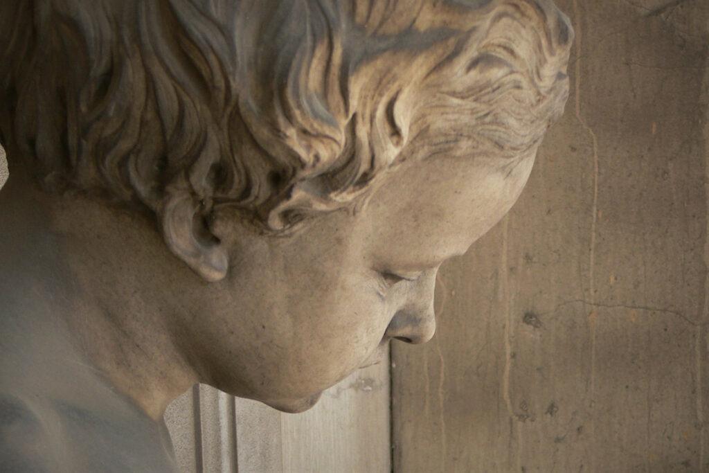 Testa di fanciullo, particolare del monumento funebre della famiglia Mazzucchelli. Cimitero Vantiniano a Brescia