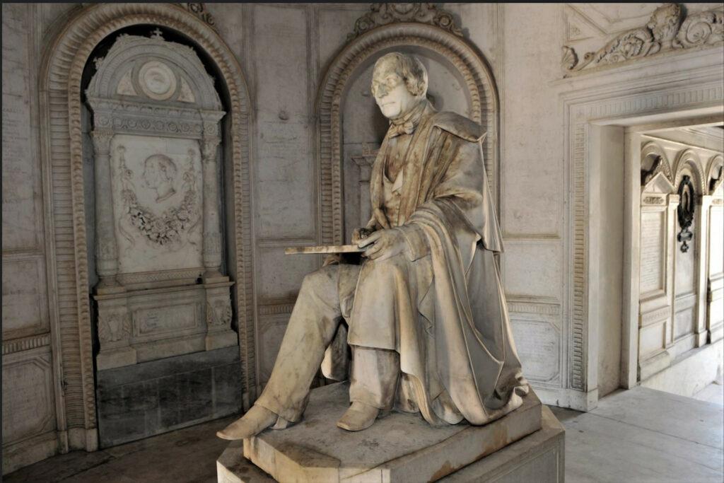 Monumento al Vantini nella base del faro del Cimitero Vantiniano di Brescia